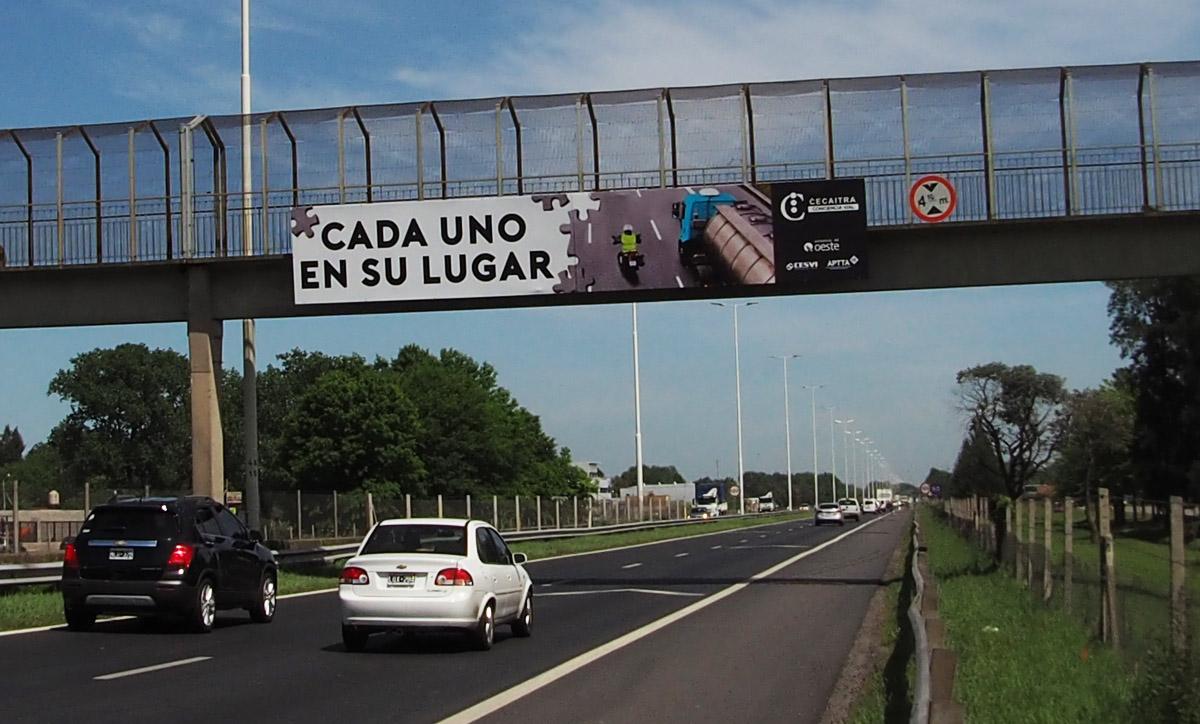 Cartel en puente de autopista